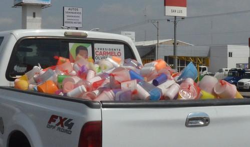 PRI viola Ley Electoral al entregar utilitarios de plástico