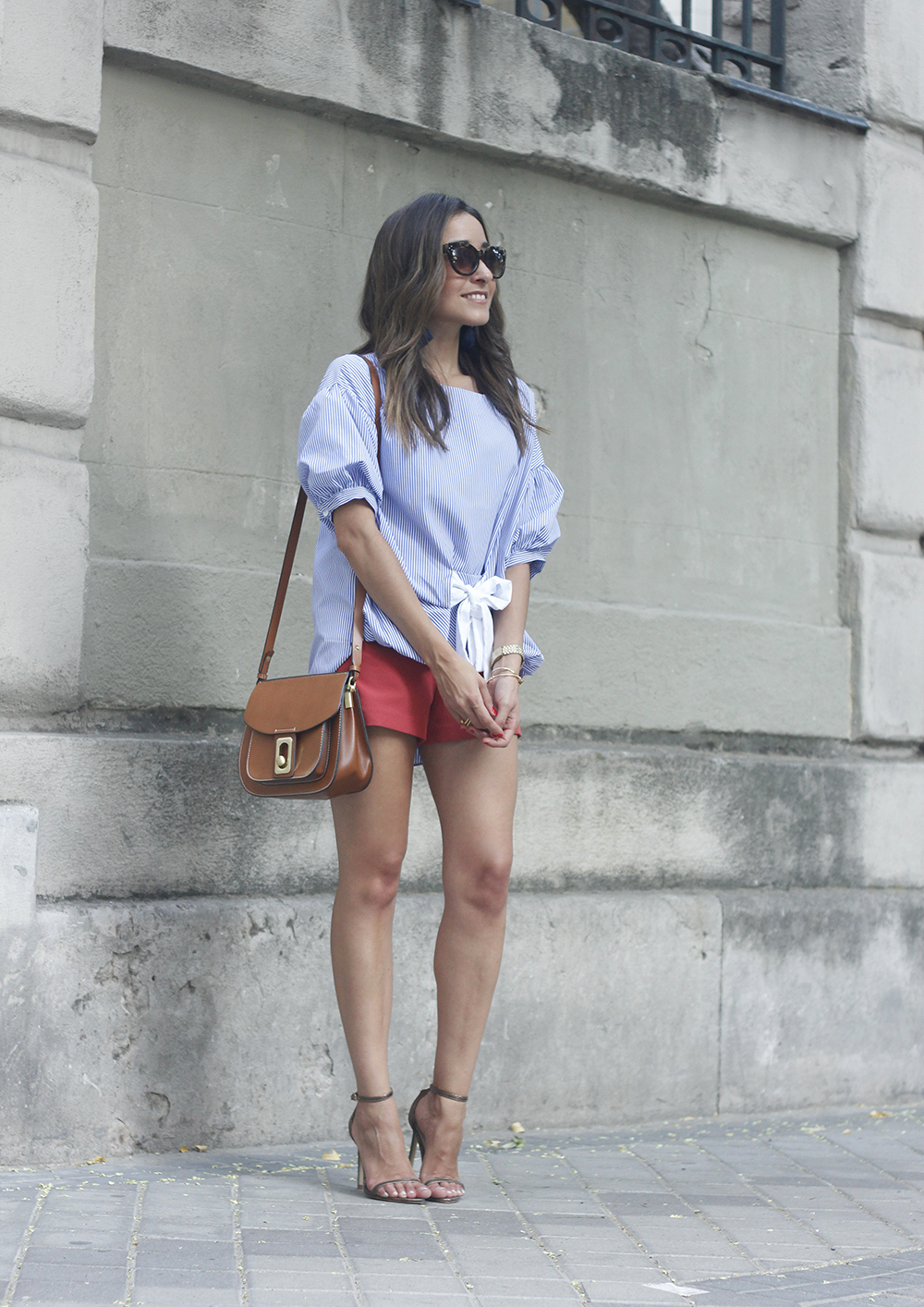 striped blouse bow shorts sunnies summer outfit heels accessories brown bag04