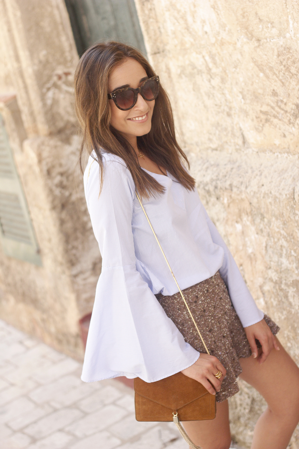 sequined shorts bell sleeves striped shirt summer flat sandals summer fashion outfit15