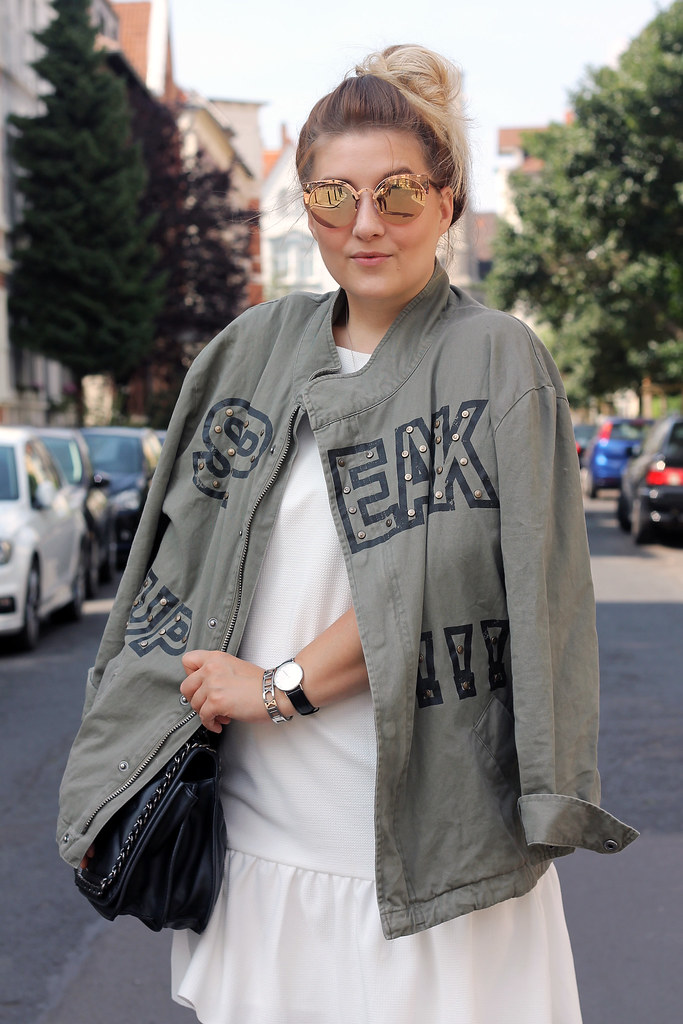outfit-zara-jacke-military-trend-sommer-look-fashionblog-modeblog-kleid-weiß-boots18