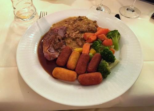 Turkey, pork chop, vegetables & croquettes / Putenkeule, Schweinegeschnetzeltes, Gemüse & Kroketten - Best Western Hotel Steinsgarten - Gießen