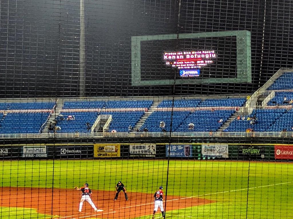 土耳其知名賽車手索科路(Kenan Sofuoğlu)躍上桃園國際棒球場大螢幕也是有種跨界的反差感。