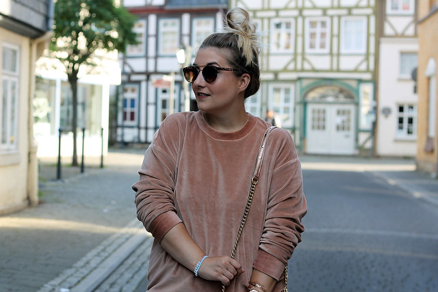 outfit-rosa-samt-pullover-trend-suede-sommer-look-style-rosegold-uhr-fashionblog-modeblog23