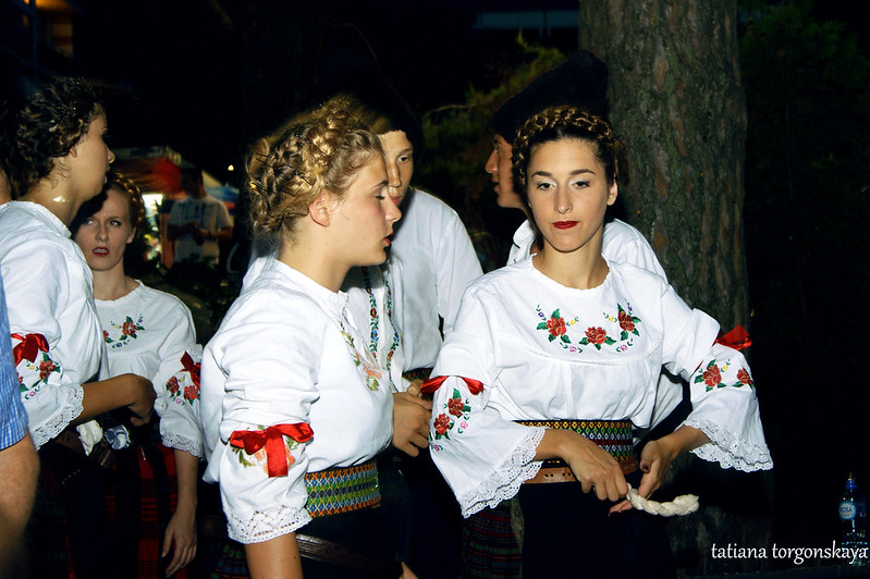 """Девушки из ансамбля """"Ilija Kišić"""" в народных костюмах"""