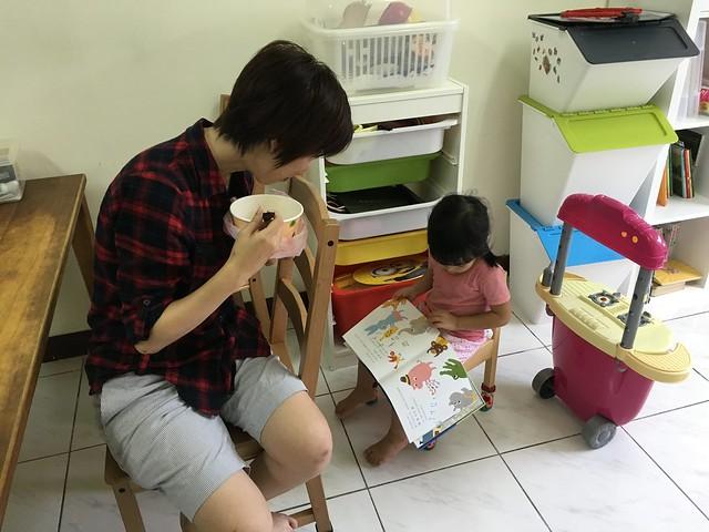 小花姊姊邊吃附近賣的媽媽麵,邊聽小鹿老師說故事