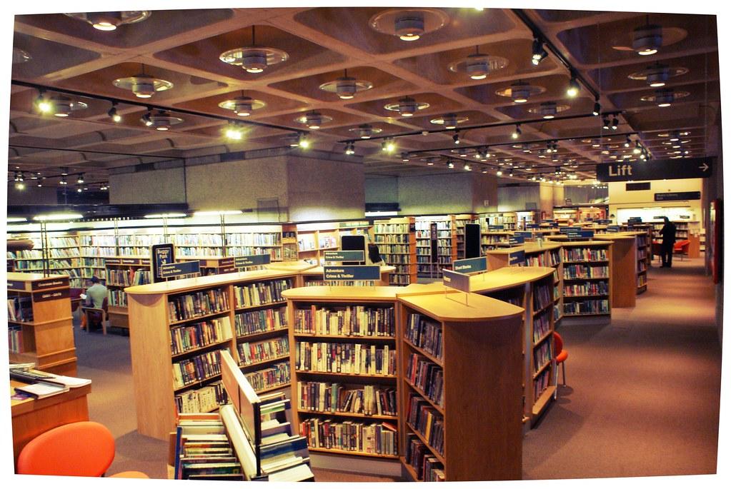 Intérieur de la Bibliothèque du Barbican à Londres.