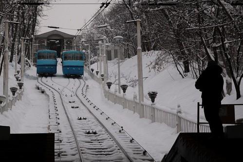 'Λ' and 'П' cars pass at the central crossing loop