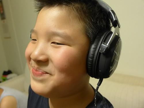 雀太郎戴耳機