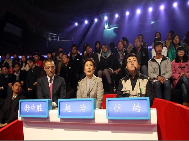 टीवी डिबेट में हिस्सा लेते जिन हाओ व अन्य