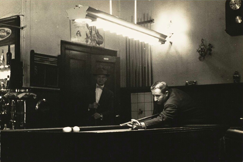 Partie de billard au Café Chris à Amsterdam en 1956. Photo de Ruig.