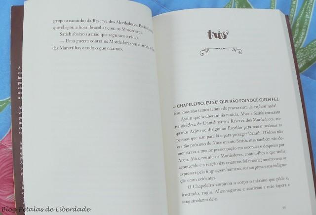 Trilogia, Alice-no-País-das-Armadilhas , resenha, critica, opiniao, Alice-e-as-armadilhas-do-outro-lado-do-espelho, Mainak-Dhar, Única-Editora, capa, fotos, trechos, distopia, zumbis, escritor-indiano, quote, diagramação