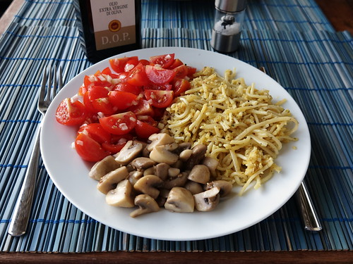 Frittata di Spaghetti, gedünstete Champignons und Tomatensalat