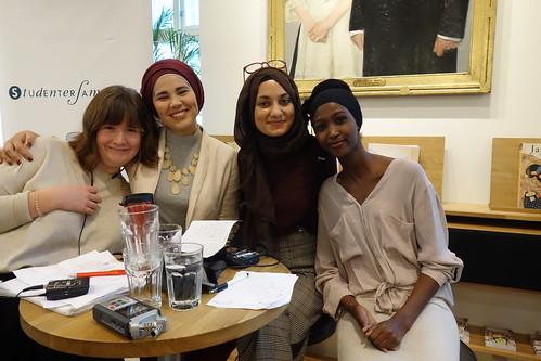 Ordstyrar Oda Bjerkan (t.v) diskuterte islam og feminisme med SKAM-skodespelar Iman Meskini, og Mawra Mahmood (forretningskvinne) og Amina Bile (student og samfunnsdebattant). Foto: Elise Løvereide