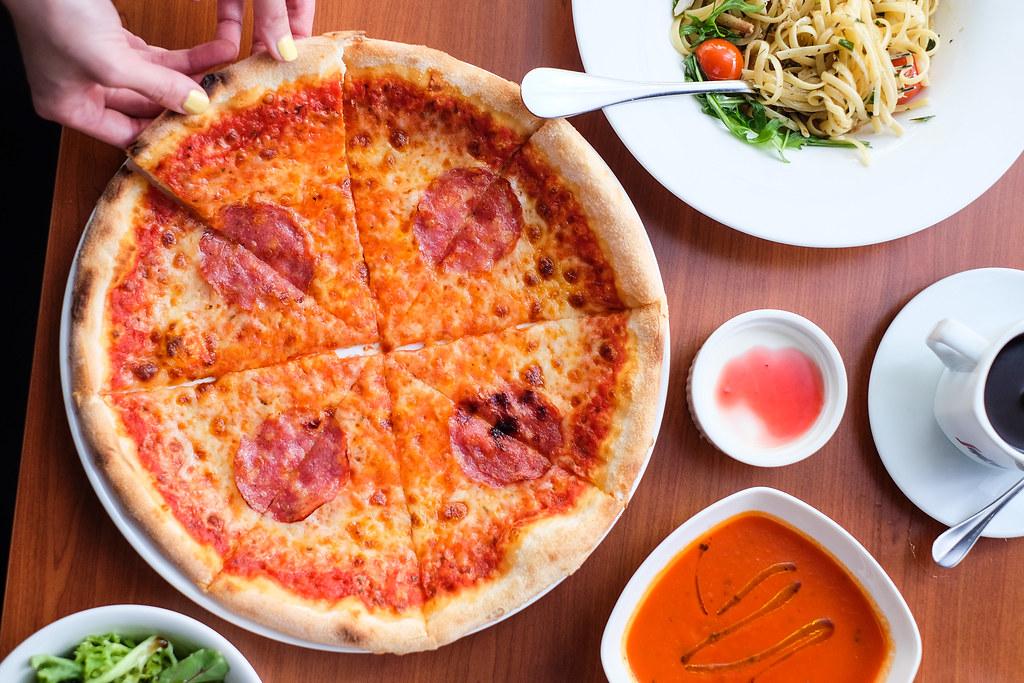 贝尔蒙多意大利厨房的萨拉米披萨