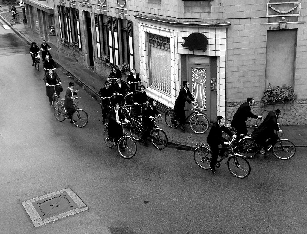 Jewish cyclist do a bike tour
