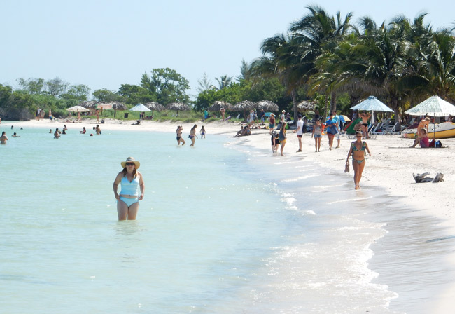 cayo-jutias-beach-tourists