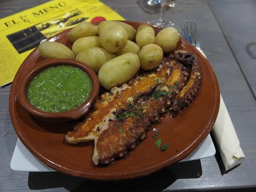 Gegrillter Oktopus mit kanarischen Kartoffeln und grüner Mojo-Soße (im Restaurant 'Don Luis' in Osnabrück)