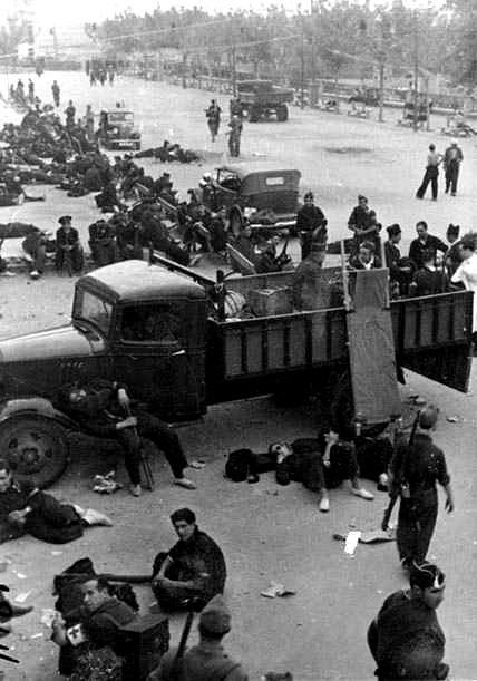 Milicianos descansando en el Paseo del Miradero, verano de 1936