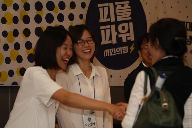회원들에게 반갑게 인사하는  간사들