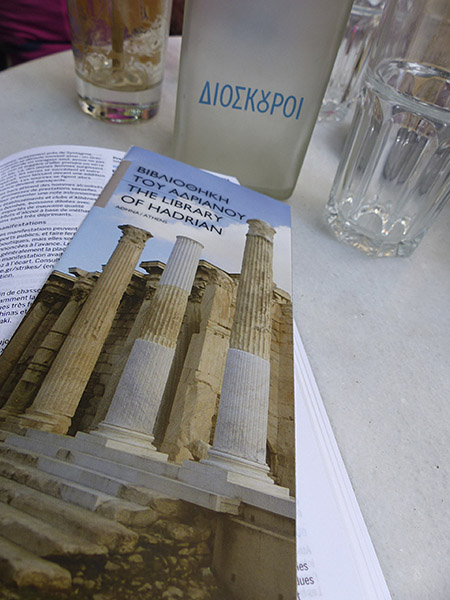 un peu de lecture au café dioskouroi