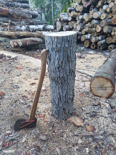 A picture-book guide to carving an axe handle | Bushcraft