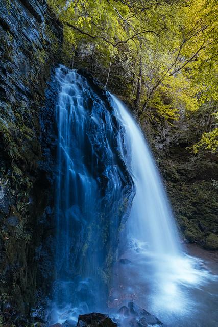 彩度低いようで低くない少し低い滝写真