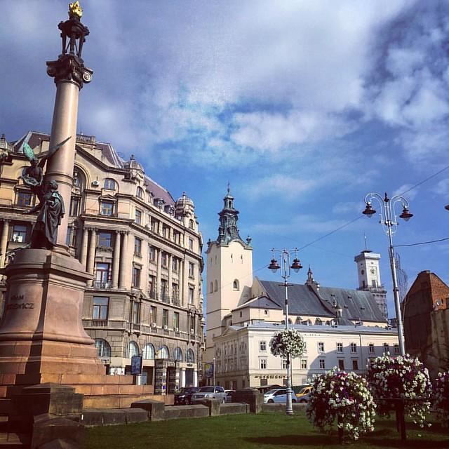 #lviv #ukraine #independence #summer #sky #architecture #lvivingram #путешествие #подорож #львов #lvivgram #statue #travelgram #travel #львів #украïна #украина #незалежність #деньнезалежності