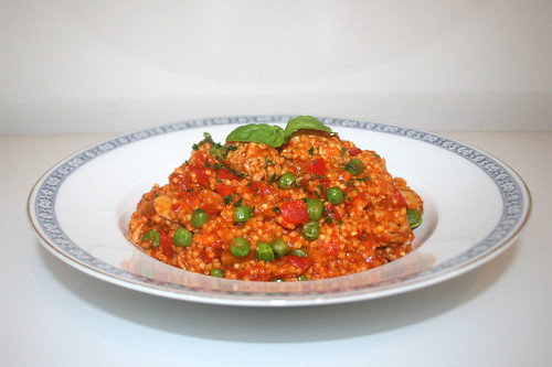 39 - Millet fry-up with turkey, bell pepper & ajvar - Side view / Hirsepfanne mit Putensteifen, Paprika & Ajvar - Seitenansicht