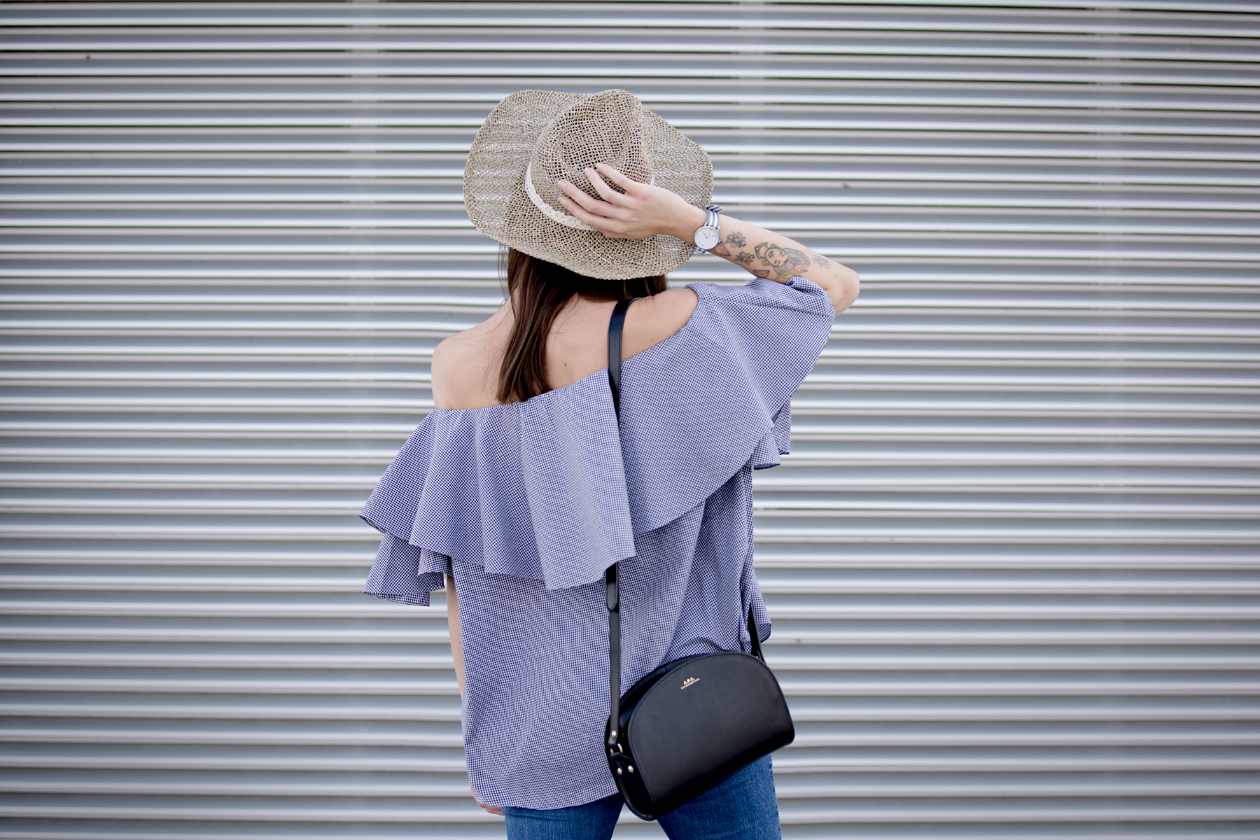 kapten&son watch mlm label off-shoulder blouse blue fringe jeans straw hat summer ootd look styling fashionblogger berlin modeblog cats & dogs ricarda schernus styleblogger 1