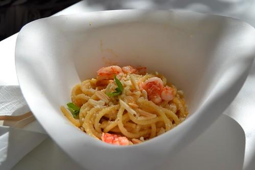 Spaghetti ajo e ojo, pecorino romano, gamberi rossi, limone, menta e scaglie di mandorle