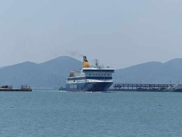 notre blue star ferry entre au Pirée