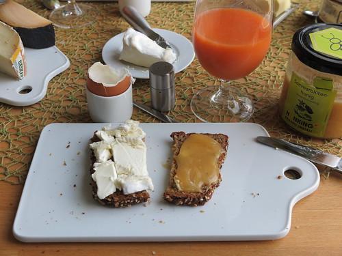 Le Vignoble und Sommerblüten-Honig auf aufgeknusperten Brot
