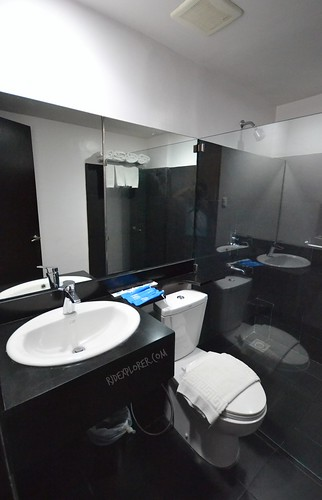 pillows hotel cebu toilet and shower