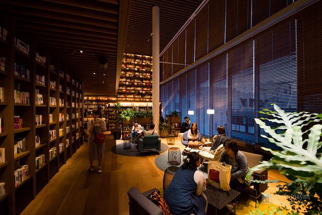 TSUTAYA Hirakata Branch on lounge space (蔦屋書店 枚方駅前店)