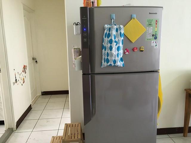 看得出來這家的媽媽在冰箱表面一直蓋違建XD @Panasonic國際牌雙門冰箱NR-B426-GV-P