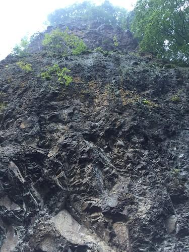 岩屋館 そびえたつ崖