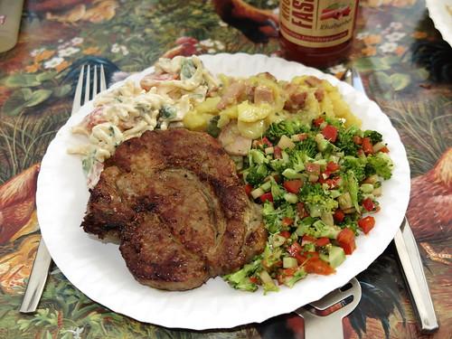 Schweinenackensteak mit Tomaten-Mozzarella-Nudelsalat, Kartoffelsalat und Broccoli-Apfel-Paprika-Salat