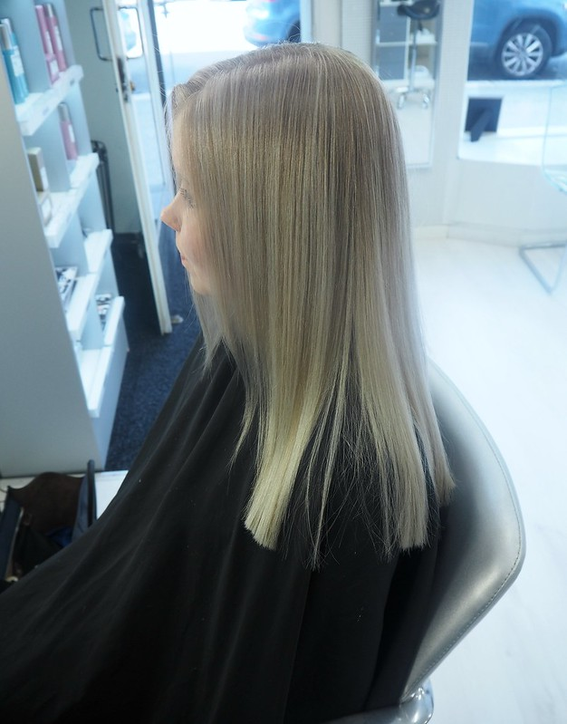 blondehairbeforeandafterP7129117,vaaleathiuksetraidatP712941122, blonde hair, blond hair, hiukset, hair, beauty, kauneus, hair styling, hiustenmuotoilu, salonki, kampaamo, raidat, vaaleat raidat, blonde higlights, babyhighlights, icy blonde hair, highlights, raidat, cold hair color, natural looking hair, tiny highlights, hairstylist visit, helsinki, finland, blond girl, icy blonde hair, hair color, hiusten väri, värjäys, leikkaus, cut, hair salon,