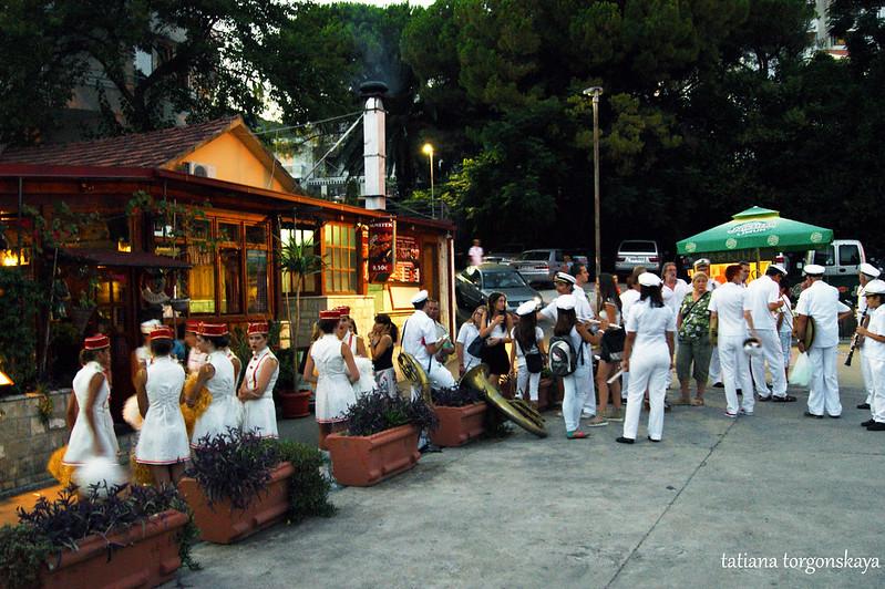 Третий фестиваль в Топле, мажоретки и оркестр перед началом праздника