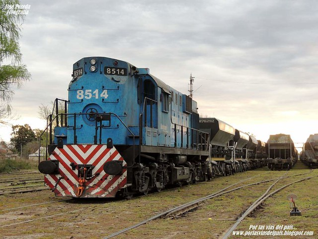Su majestad! ALCO RSD16 8514 detenida asegurando tren de TMs en Estación Rufino.- 27/Agosto/2016.- www.porlasviasdelpais.blogspot.com