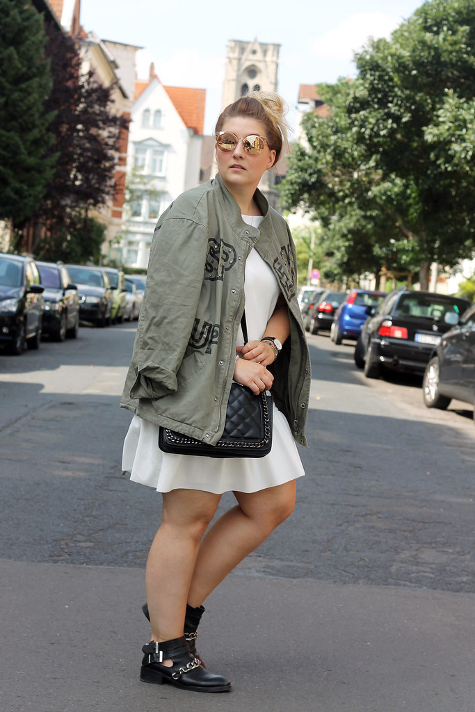 outfit-zara-jacke-military-trend-sommer-look-fashionblog-modeblog-kleid-weiß-boots19