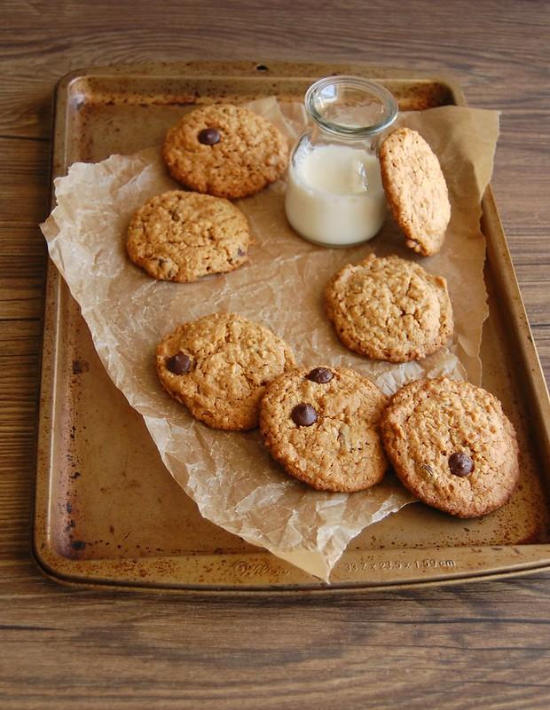 Oatmeal dulce de leche choc chip cookies / Cookies de aveia, doce de leite e gotinhas de chocolate