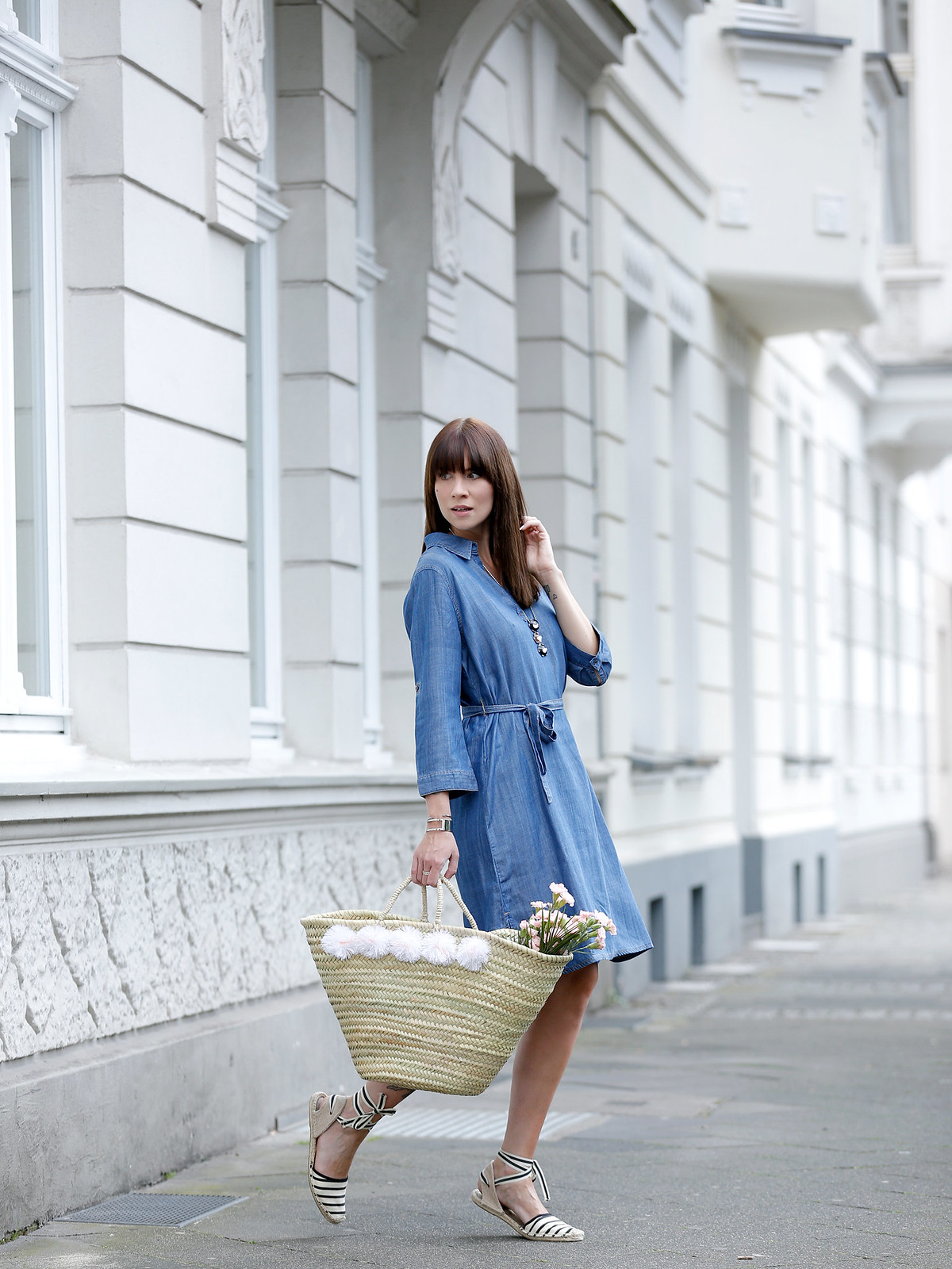outfit triangle s.oliver blue denim dress espradrilles jane birkin beach bag flowers summer paris parisienne fashionblogger germany berlin brunette bangs chic cats & dogs fashionblog ricarda schernus modeblogger 6
