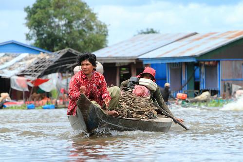 Women with fuel wood, Phat Sanday village, Cambodia. Sanjiv de Silva/IWMI.