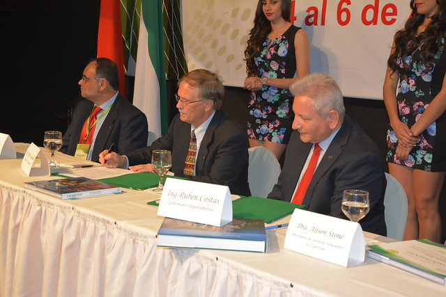 Convenio de Intención para Financiar Becas en Bolivia