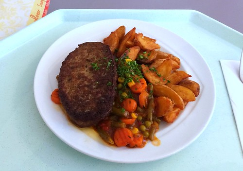 Salisbury steak with vegetable salsa & country potatoes / Rinderhacksteak mit Gemüsesalsa & Country Potatoes