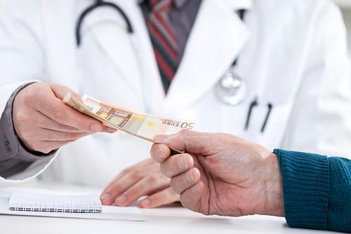 Найчастіше платять хабарі в освіті і медицині