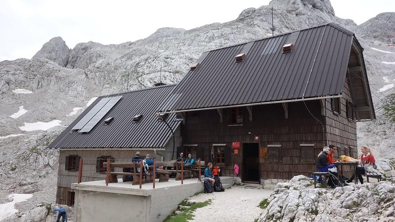 Vooral de berghutten kortbij de top van de Triglav zijn erg druk. Reserveren is dan aangewezen. Nog beter is een hut kiezen die wat verder ligt, die zijn authentieker en rustiger.