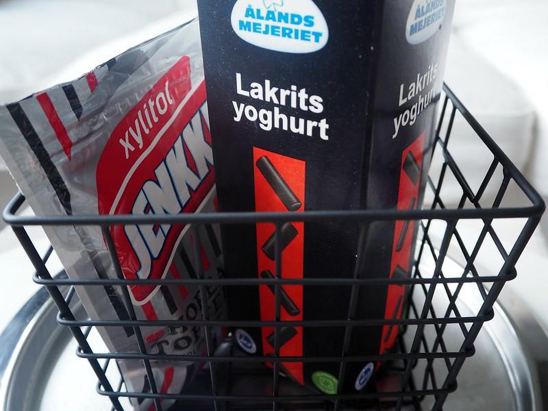 lakritsipurukumijajugurttiP7139554, xylitol jenkki, hopea toffee purukumi, silver toffee gum, chewing gum, ålands mejeriet, lakrits yoghurt, lakritsi jogurtti, hopea toffee purkka, sweets, herkut, ruoka, food, liquorice, licorice, products, tuotteet, licorice love, lakritsi rakkaus, kokemus, experience,