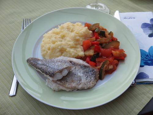 Gebratener Seehecht zu Ratatouille und Kartoffelstampf